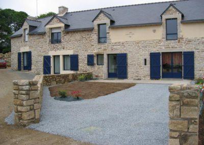 facade maison volets battants bleu