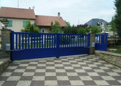 portail aluminium ajoure bleu 3
