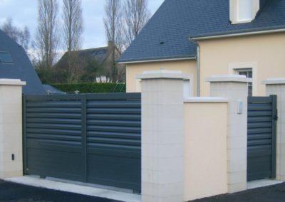 portail aluminium ajoure gris 1