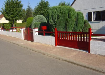 portail aluminium ajoure rouge 1