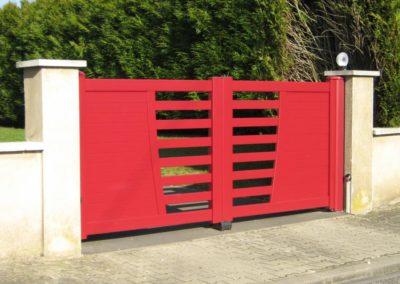 portail aluminium ajoure rouge 2