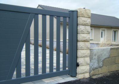 reportage portail aluminium ajoure gris 10