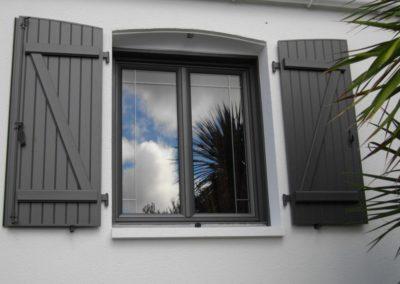 PAGE GARDE fenêtre PVC gris et volet battant alu