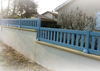 clôture à barreaudage bleu