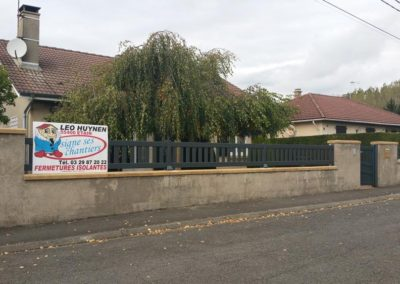 clôture à barreaudage et portillon