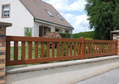 clôture à barreaudage ton bois