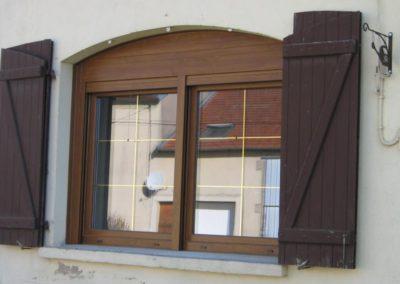 fenêtre PVC décor chêne doré avec réhausseur de cintre