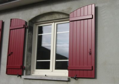 fenêtre PVC et volet battant bordeaux
