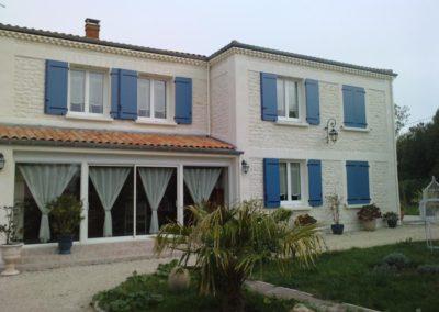 maison fenêtres PVC blanc et volets battants bleu