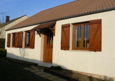 maison fenêtres PVC décor chêne doré et porte dentrée bois