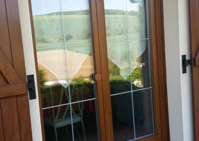 menuiseries PVC décor chêne doré et croisillons argent 1