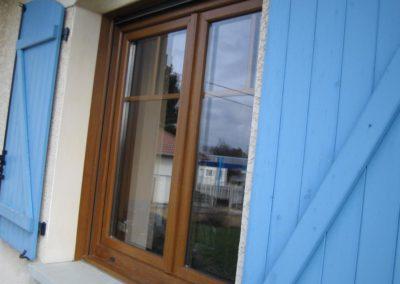 menuiseries PVC décor chêne doré et volets battants bleu 1