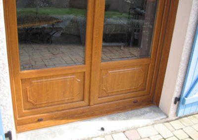menuiseries PVC décor chêne doré et volets battants bleu 3
