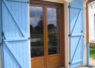 menuiseries PVC décor chêne doré et volets battants bleu 4
