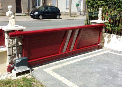 portail aluminium coulissant rouge 1