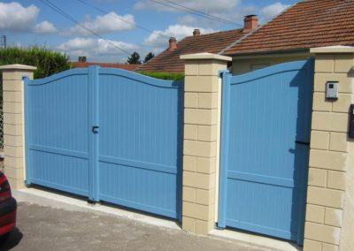portail aluminium plein bleu 1