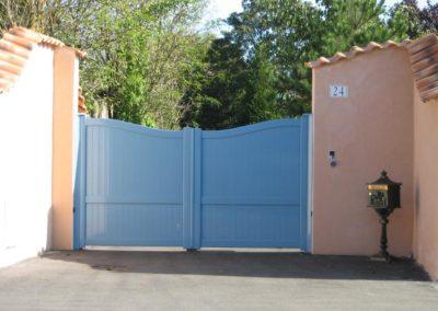 portail aluminium plein bleu 3