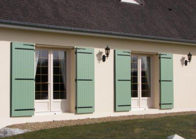 porte fenêtre PVC et volet battant vert
