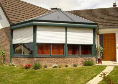 veranda aluminium vert type kiosque avec volets roulnts